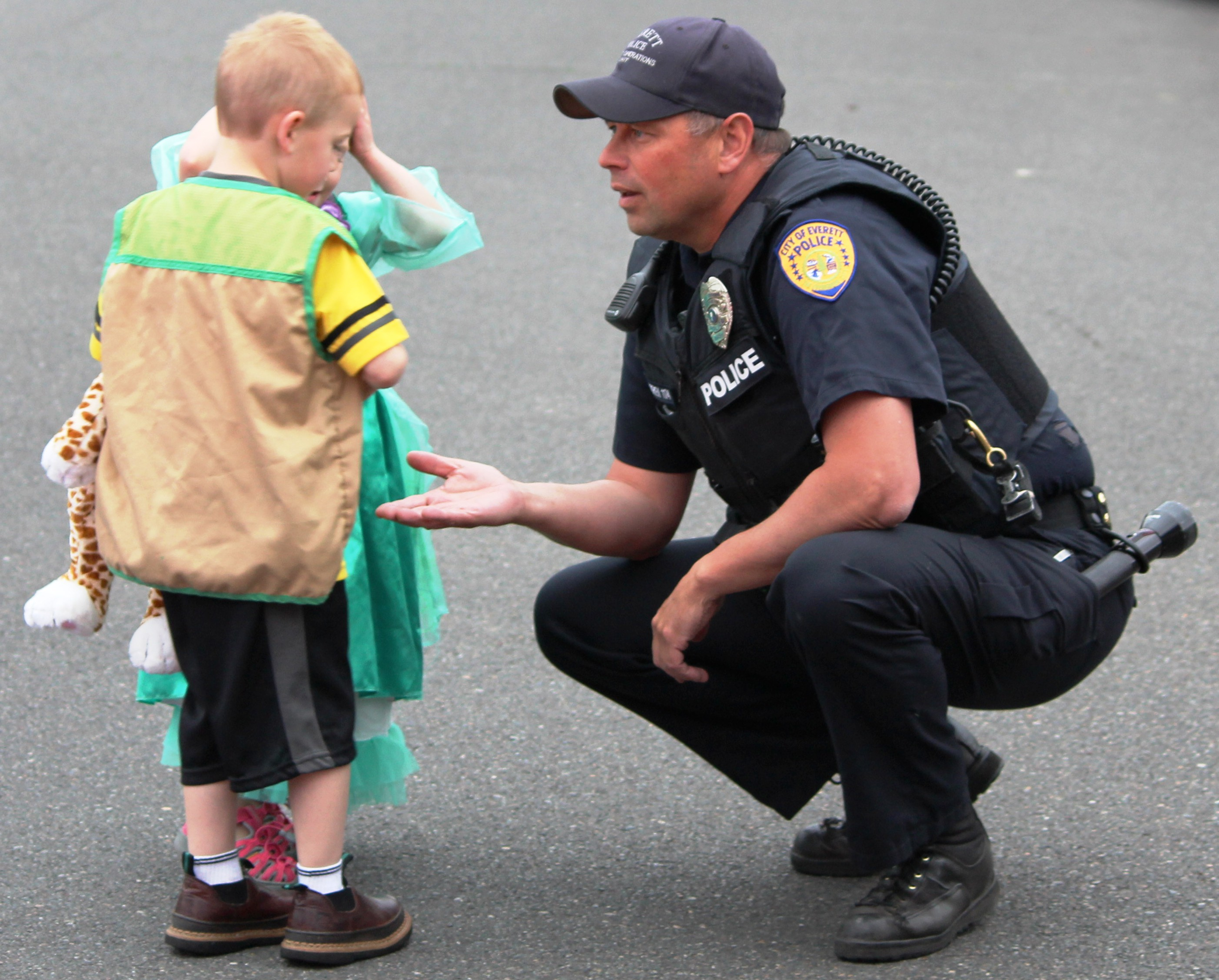 everett police officer takes a timeout for kids myeverettnews com