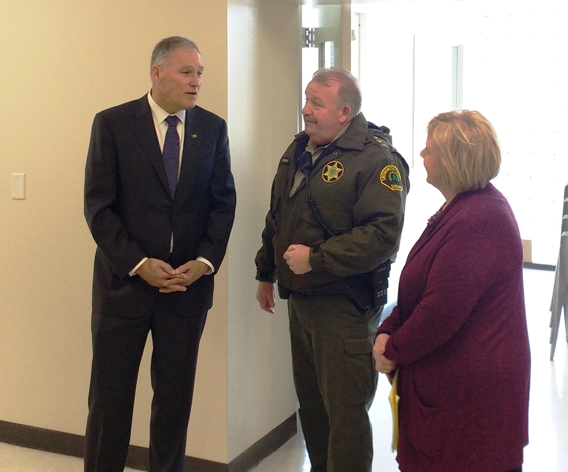Snohomish county invites everett to use new diversion center governor inslee l sheriff ty trenary c and cammy hart anderson at a tour of the diversion center in january solutioingenieria Images